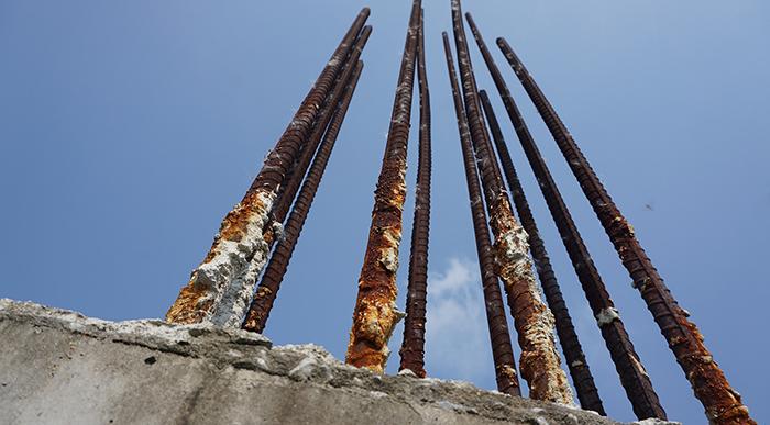 Sắt chờ ở các cây cột đã hoen gỉ mạnh.