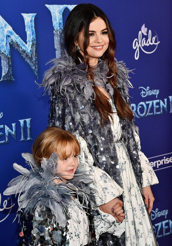 Với mái tóc tết hai bên, nữ ca sĩ 27 tuổi trông trẻ trung không khác một cô chị tuổi teen của em gái nhỏ.