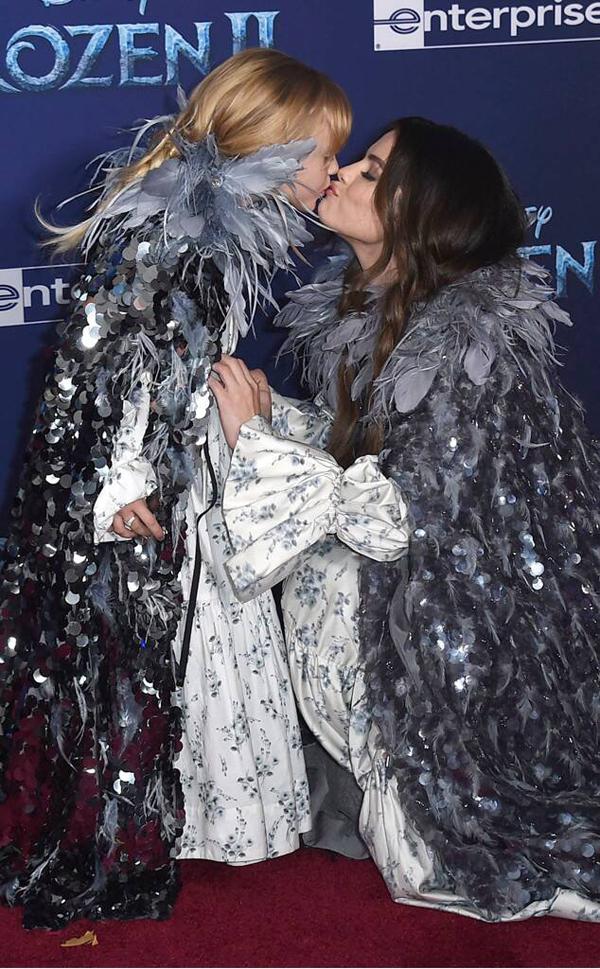 Thi thoảng, Selena khoe ảnh em gái trên mạng xã hội nhưng trước đây cô chưa bao giờ đưa em tới dự một lễ ra mắt phim.