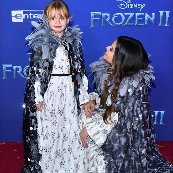 Gracie Teefey là em gái cùng mẹ khác cha của Selena. Cô bé chào đời năm 2013, được Selena rất mực cưng chiều.