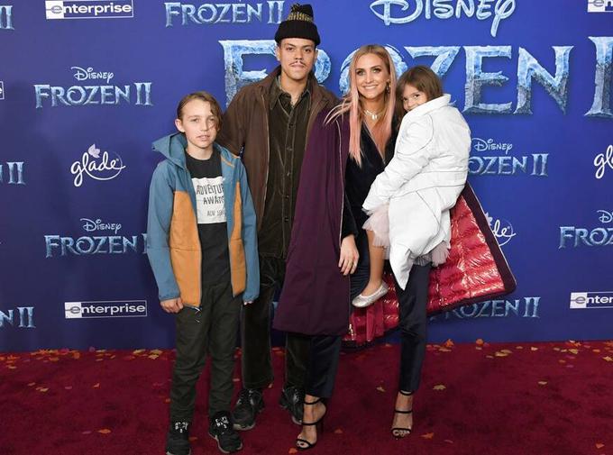 Nữ ca sĩ Ashlee Simpson đến cùng chồng, Evan Rosse, và hai con.