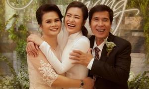 Đông Nhi hạnh phúc bên bố mẹ trong lễ vu quy