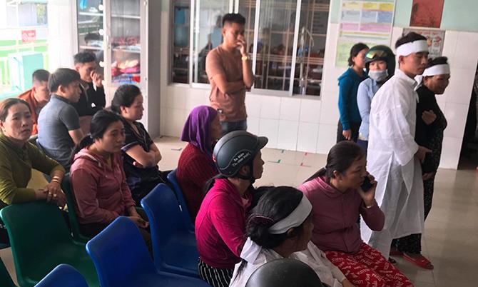 Người nhà mặc áo tang đến Trung tâm Y tế huyện Nông Sơn yêu cầu làm rõ nguyên nhân bệnh nhân tử vong, chiều 7/11. Ảnh:Đặng Thuận.