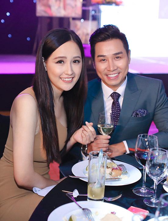 Hoa hậu Mai Phương Thuý xinh tươi với váy nâu bó sát.