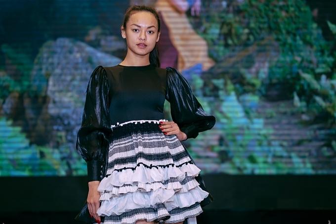 Đây là lần hiếm hoi Mai Ngô trở lại sàn diễn thời trang. Xuất thân là vũ công nhưng Mai Ngô lấn sân nghệ thuật khi tham gia nhiều cuộc thi:Vietnams Next Top Model 2013, Hoa hậu Hoàn vũ Việt Nam 2015, Asias Next Top Model 2016, The Face 2016.