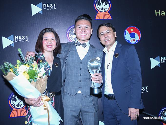 Bố mẹ mừng Quang Hải nhận giải thưởng AFF