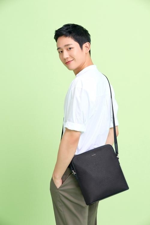 Jung Hae In - nam chính Chị đẹp mua cơm ngon cho tôi - cũng là tín đồ của túi đeo chéo. Anh nhiều lần dự sự kiện, gặp gỡ đoàn phim hay đến sân bay với mẫu túi đa năng này.