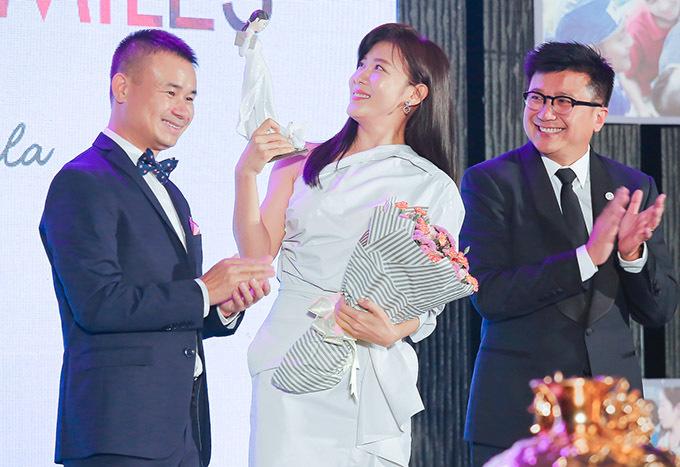 Ha Ji Won hào hứng khi được tặng món quà kỷ niệm là tượng cô gái mặc áo dài trắng Việt Nam đêm tiệc.
