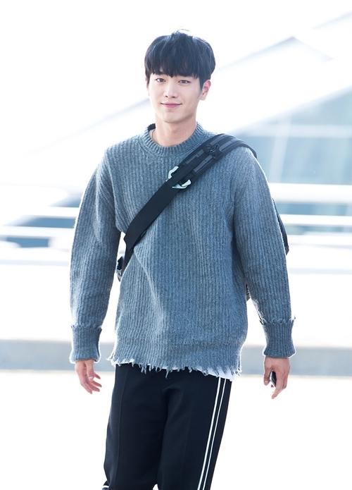 Tài tử Seo Kang Joon cũng chuộng túi đeo chéo, khác với Kim Woo Bin, anh