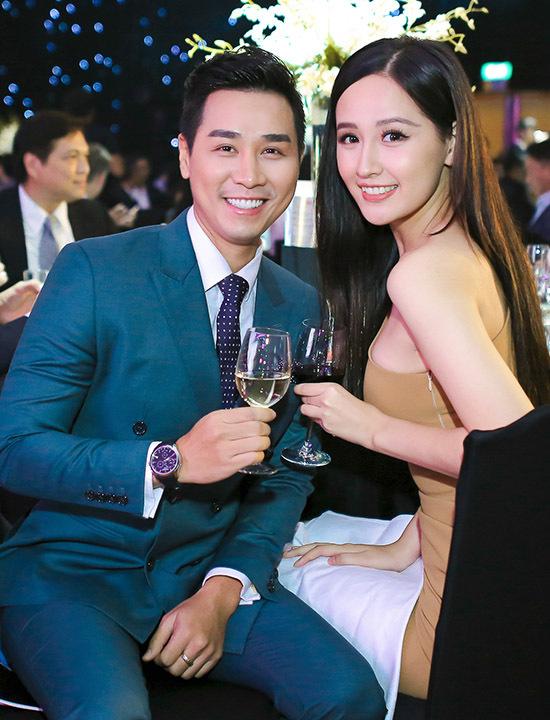 Người đẹp vui vẻ nâng ly uống cùng Nguyên Khang khi hội ngộ.