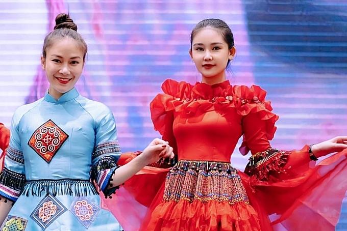 Ngân Anh sẽ đảm nhận vai trò vedette trình diễn trong dự án Nét Việt của Hoa hậu Tuyết Nga (trái), ra mắt chiều 10/1. Khi nghe qua sản phẩm âm nhạc mới này, tôi trân trọngcâu chuyện văn hóa mà chị TuyếtNga muốn truyền tải nên quyết định tham dự.