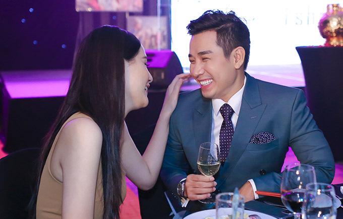 Chàng MC cười tít mắt khi trò chuyện với Hoa hậu Việt Nam 2006.