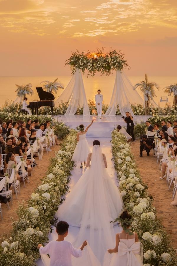 Trong khoảnh khắc ánh hoàng hôn lãng mạn trên biển Phú Quốc, Đông Nhi tiến vào