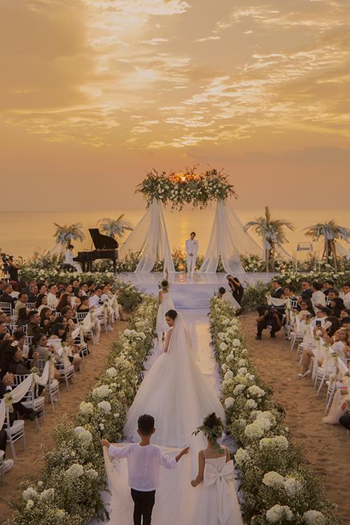 Phụ kiện kết hợp với váy là tấm voan dài 5 m. Voan cưới dài giúp từng nhịp bước của giọng caTa là của nhauthêm cuốn hút, thướt tha.Nhà mốt cho biết toàn bộ vải sử dụng cho chiếc váy cưới chính đều là chất liệu ngoại nhập, tùng váy là vải lưới dập ly và voan cài tóc của cô dâu cũng làm từ loại voan mỏng nhất.