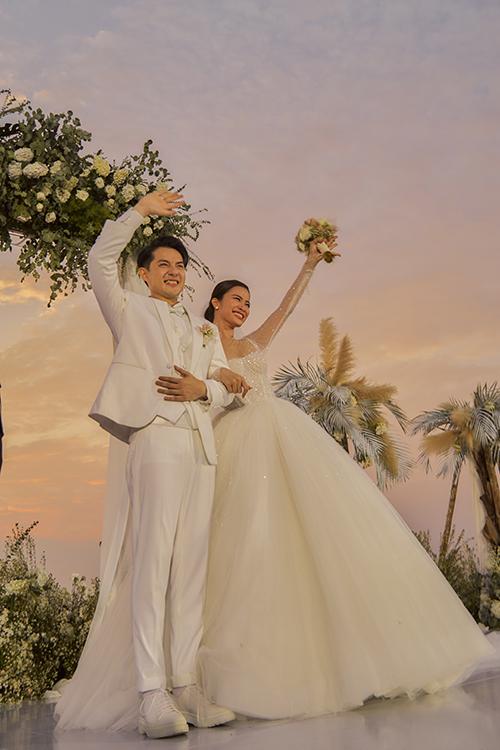 [Caption]Về chiếc đầm cưới chính, anh chia sẻ đây là bộ cánh mà Đông Nhi rất hài lòng. Cô dâu quyết định giữ bí mật đến phút chót để tạo cho Ông Cao Thắng niềm vui bất ngờ, xúc động.