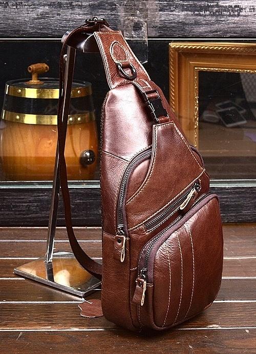 Túi đeo chéo một quai có chất liệu da PU cao cấp, không bóc trong, nổ, không bám bụi vàchống thấm. Phái mạng có thể chọn tông nâu đậm, nâu sáng hay đen để biến tấu phong cách. Sản phẩm giá 750.000 đồng, giảm 27 % còn550.000 đồng.