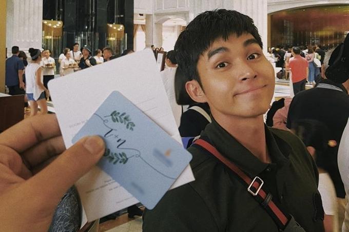 Jun Phạm check-in tại sảnh khách sạn. Các khách mời đều được vợ chồng Đông Nhi đài thọ toàn bộ chi phí đi lại, ăn ở.