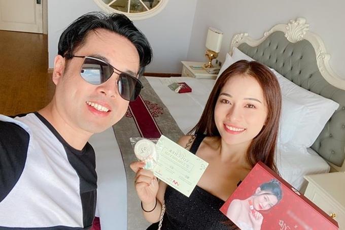 Vợ chồng Dương Khắc Linh - Sara Lưu thích thú với món quà đặc biệt từ cô dâu - chú rể.