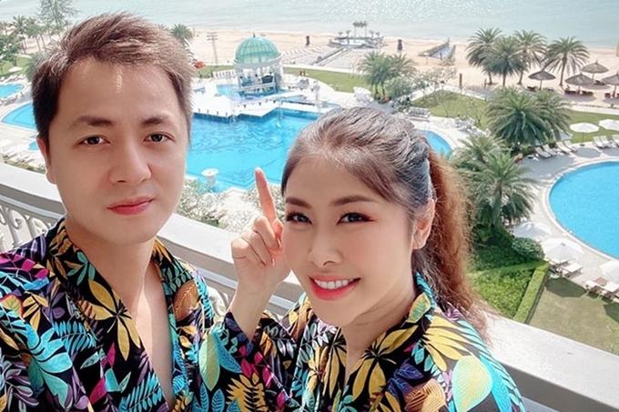 Ca sĩ Đăng Khôi và bà xã Thủy Anh diện đồ đôi, hào hứng khám phá không gian nhìn ra biển của khách sạn.