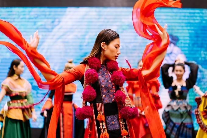 Hai nhà thiết kế Việt Hùng và Thạch Linh trình làng hai bộ sưu tập mang đậm nét văn hoá Việt trong dự án của Tuyết Nga.