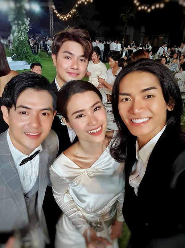BB Trần đăng tâm ảnh với vợ chồng Đông Nhi và viết: Canh me dữ lắm mới chụp được với cô dâu chú rể, ko người ta tưởng em sáng giờ đi nghỉ dưỡng chứ ko phải đi đám cưới.
