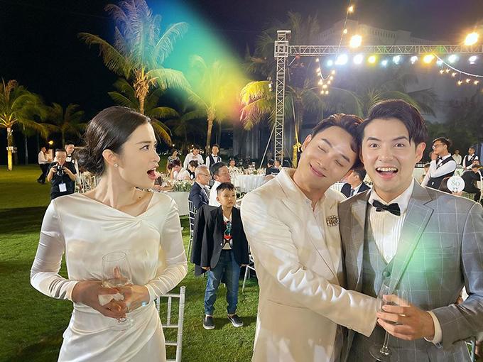 Ca sĩ Trúc Nhân tựa vai, ôm eo chú rể Ông Cao Thắng trong khi cô dâu Đông Nhi há miệng kinh ngạc, họ cùng nhau tái hiện một hình ảnh trong MV Sáng mắt chưa của nam ca sĩ.