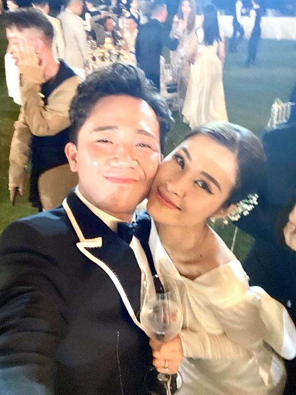 MC Trấn Thành đảm nhận vai trò MC trong đám cưới của Đông Nhi - Ông Cao Thắng. Anh cũng tích cực tham gia trò đùa của các nghệ sĩ trong bữa tiệc, khuyến khích Anh Đức, Ngô Kiến Huy múa lửa bên ánh nến.