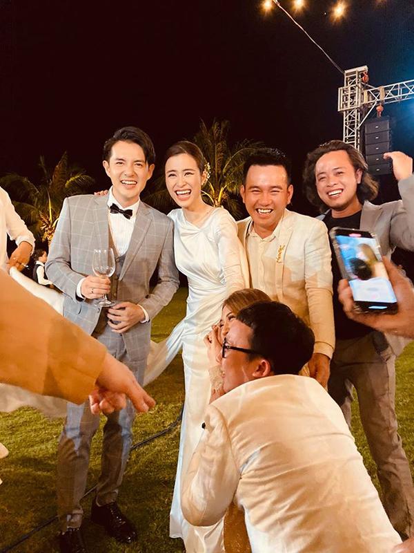 Trong khi Lê Thanh Hoà chụp ảnh, nhiều khách mời khác ra sức phá đám bằng nhiều hành động ngộ nghĩnh.