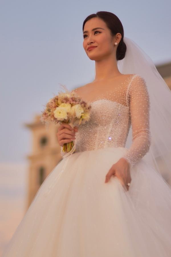 Đông Nhi chọn váy của nhà thiết kế Chung Thanh Phong cho ngày trọng đại.
