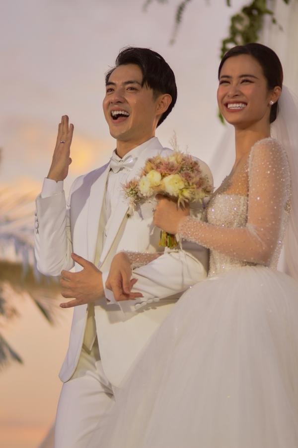 Chú rể - cô dâu hạnh phúc khoe nhẫn cưới, chính thức nên duyên vợ chồng.
