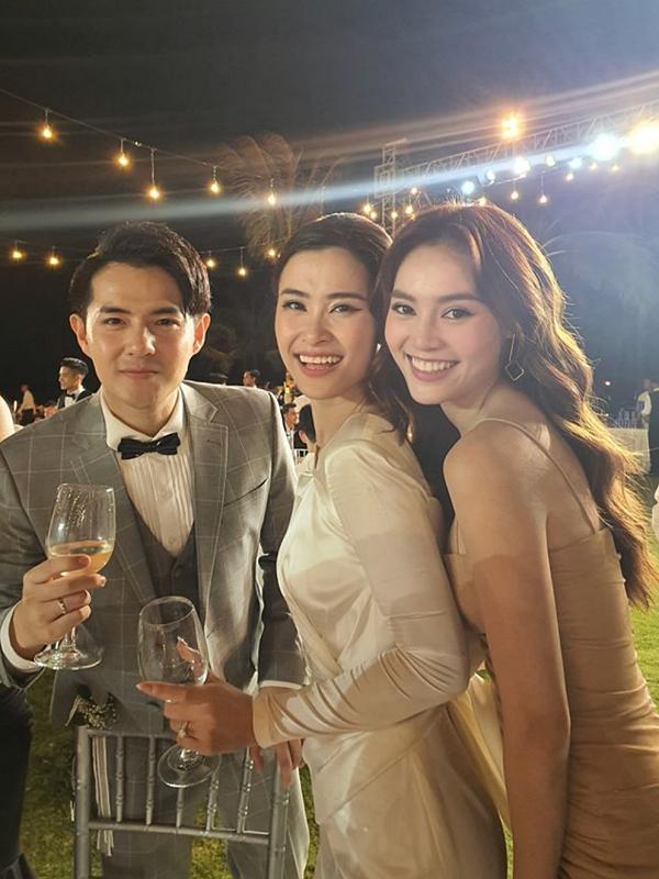 Lan Ngọc (phải) đến Phú Quốc khá trễ, bỏ lỡ buổi lễ nhưng vẫn kịp dành lời chúc mừng đến vợ chồng Đôn Nhi.