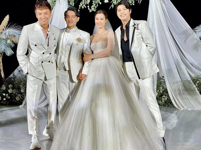 Noo Phước Thịnh (phải) đến dự cưới của Đông Nhi - Ông Cao Thắng.