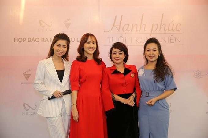 Diễn viên hài Trà My (váy đỏ đen) bên CEO Vũ Nguyệt Anh (váy đỏ), chị Lê Na - chủ nhân video Tìm chồng cho mẹ (váy xanh) trong buổi ra mắt câu lạc bộ Hạnh phúc tuổi trung niên.