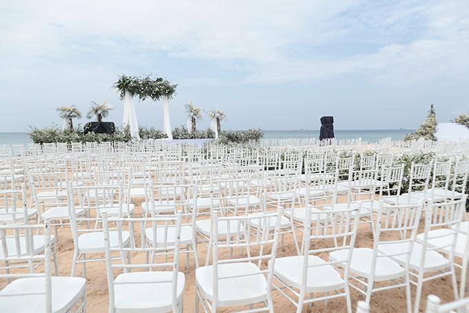 Uyên ương chọn lựa ghế Chiavari cho không gian thực hiện nghi lễ cưới. Loại ghế này phù hợp nhiều concept cưới từ sang trọng tới lãng mạn, thích hợp cho cả đám cưới trong nhà lẫn ngoài trời.