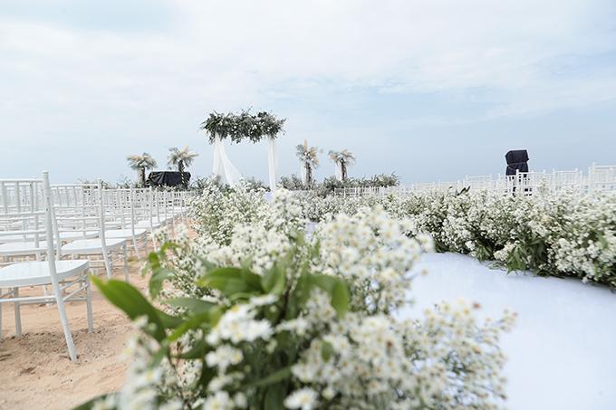 Bảng màu chính của không gian là trắng, xanh lá cây. Dọc hai bên lễ đường là dàn hoa trắng, mang lại vẻ thơ mộng.