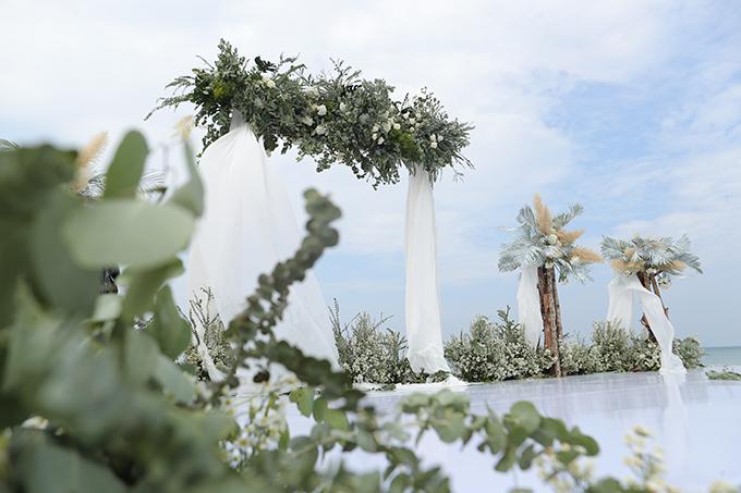 Cổng cưới của cặp sao có hình chữ nhật, được trang trí bởi dải lụa trắng, hoa cỏ.