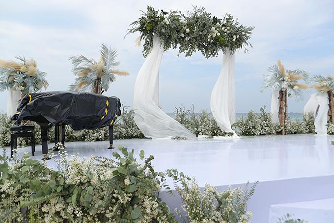 Khu vực sân khấu có đàn piano - nhạc cụ để tấu nên các khúc nhạc lãng mạn khi cô dâu sải bước trên lễ đường.