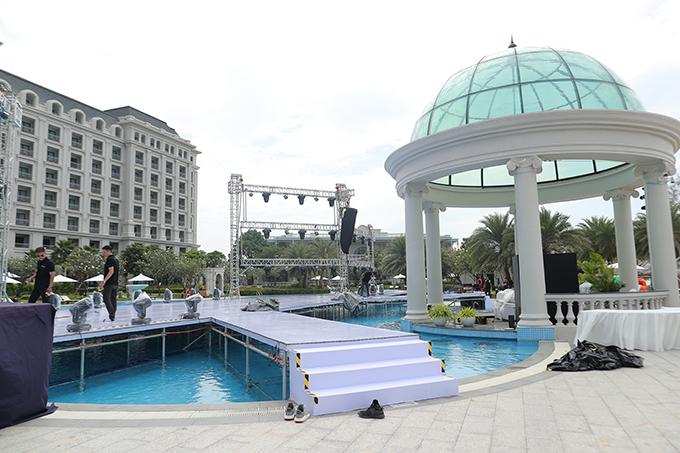 Ekip nhân viên đang hoàn thiện các công đoạn dựng sân khấu. Đám cưới của Đông Nhi - Ông Cao Thắng sẽ chính thức diễn ra lúc 17h30 ở Phú Quốc, với sự góp mặt của 500 khách mời, trong đó có 200 người là các nghệ sĩ trong showbiz Việt. Cặp sao đã đài thọ toàn bộ tiền ăn, ở, đi lại cho 500 khách từ TP HCM tới Phú Quốc.