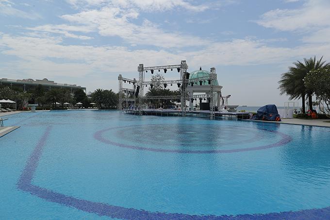 Khi thưởng thức tiệc, khách mời còn được theo dõi các tiết mục biểu diễn sôi động ở sân khấu cạnh bể bơi.