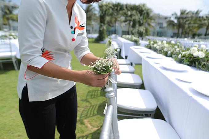 Từng khóm hoa baby cũng được gắn vào ghế ngồi của khách mời, tạo điểm nhấn cho bữa tiệc ngoài sân vườn.