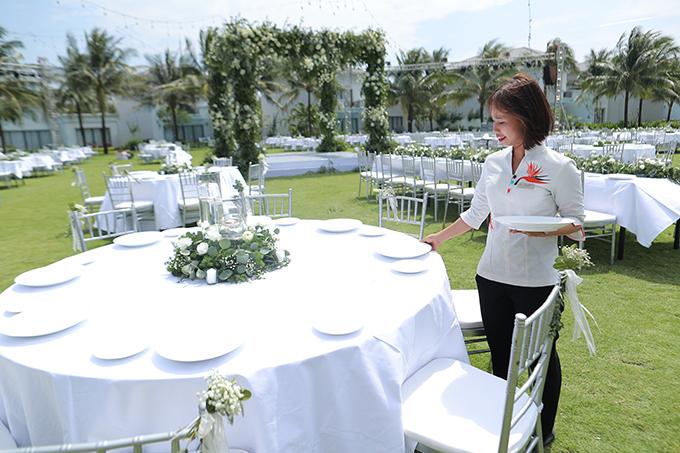 Uyên ương sử dụng bàn tiệc đa dạng với bàn tròn, bàn hình chữ nhật, ghế Chiavari trắng. Trên mỗi bàn có tiểu cảnh là hoa tươi.