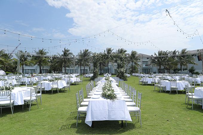 Sau khi uyên ương thực hiện xong nghi lễ cưới, cả hai sẽ mời khách thưởng thức tiệc ở sân vườn.Các công tác chuẩn bị được diễn ra trong 3 ngày từ 7-9/11. Đội ngũ nhân viên ở resort đã trải thảm cỏ rộng tới hơn 1.000 m2 để đáp ứng các điều kiện cần thiết cho hôn lễ.