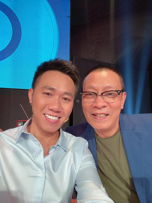 Diễn viên hài Anh Đức pose hình cùng MC Lại Văn Sâm khi tham gia một gameshow.