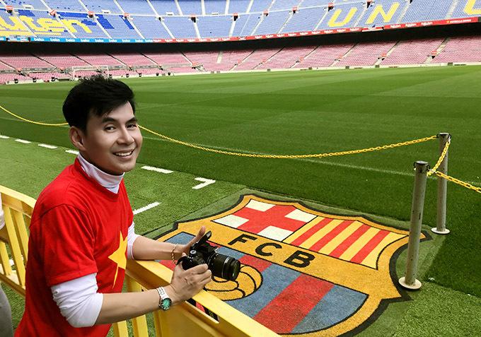 [ Hình 1,2,3,4,5,6,7:  Sân vận động Camp Nou thuộc về đội Barcelona là sân bóng đá lớn thứ 2 trên thế giới có sức chứa 99.354 người. Ngoài ra còn có Bảo tàng Bóng đá Barcelona trong phòng của sân vận động, phòng triển lãm có bao gồm danh hiệu, hình ảnh lịch sử, giày bóng đá, đồng phục trong lịch sử của đội. Triển lãm sử dụng các phương tiện công nghệ cao như phim 3D và màn hình cảm ứng. Đoan Trường hào hứng vào tham quan các phòng họp báo, thay đồ, triển lãm, băng ghế huấn luyện viên, cửa hàng lưu niệm. Anh 'diện' áo cờ đỏ sao vàng ngay đúng ngày sinh nhật của mình. Anh chia sẻ Tôi là fan của CLB Barcelona và Messi nên đã mong chờ chuyến tham quan này từ rất lâu!