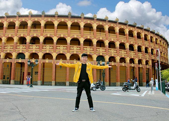 Hình 10,11:  Khi đến Tây Ban Nha mà chưa ghé qua Đấu trường bò tót Plaza de Toros las Ventas thì chưa thể trọn vẹn. Đấu bò đã chia cắt Tây Ban Nha giữa một bên là những người bảo vệ quyền động vật và một bên là những người muốn bảo vệ văn hóa quốc gia và nguồn thu từ du lịch. Cuối cùng, trước sức ép của thế giới, Tây Ban Nha đã hạn chế lễ hội đấu bò nên ngày anh đến đã không diễn ra sự kiện dã man này.