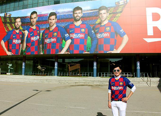Hình 1,2,3,4,5,6,7: Sân vận động Camp Nou thuộc về đội Barcelona là sân bóng đá lớn thứ 2 trên thế giới có sức chứa 99.354 người. Ngoài ra còn có Bảo tàng Bóng đá Barcelona trong phòng của sân vận động, phòng triển lãm có bao gồm danh hiệu, hình ảnh lịch sử, giày bóng đá, đồng phục trong lịch sử của đội. Triển lãm sử dụng các phương tiện công nghệ cao như phim 3D và màn hình cảm ứng. Đoan Trường hào hứng vào tham quan các phòng họp báo, thay đồ, triển lãm, băng ghế huấn luyện viên, cửa hàng lưu niệm. Anh 'diện' áo cờ đỏ sao vàng ngay đúng ngày sinh nhật của mình. Anh chia sẻ Tôi là fan của CLB Barcelona và Messi nên đã mong chờ chuyến tham quan này từ rất lâu!
