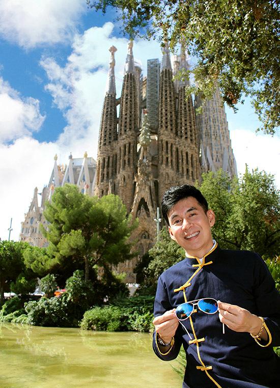[Caption Hình 8,9:  Vương cung thánh đường Sagrada Familia là nhà thờ công giáo biểu tượng nổi tiếng của Tây Ban Nha tại Barcelona với lối kiến trúc kết hợp giữa Gothic truyền thống và hiện đại kết hợp với thiên nhiên. Một trong những nét đặc sắc nhất của nhà thờ là 18 ngọn tháp hình con suốt quay tơ, ngọn tháp cao nhất, 170 m, là Chúa Jesus. Hiện tại, 8 tháp chuông đã được hoàn thành. Ngoài ra, Sagrada Familia nổi tiếng vì là nhà thờ duy nhất trên thế giới có thời gian xây quá lâu, hơn một thế kỷ. Khởi công xây dựng từ năm 1882, và cho đến nay, nhà thờ vẫn chưa hoàn thiện.  Theo chính phủ Tây Ban Nha, kiệt tác này sẽ được hoàn thành vào năm 2026, nhân kỷ niệm 100 năm ngày mất của Gaudi- vị kiến trúc sư vĩ đại bậc nhất ở Tây Ban Nha.  Năm 1984, nhà thờ được ghi vào danh sách di sản thế giới của UNESCO. Năm 2010, nhà thờ được Giáo hoàng Benedix phong lên thành Vương cung thánh đường.  Đoan Trường 'khoe' áo dài VN trước Vương cung thánh đường Sagrada Familia làm nhiều du khách nước ngoài trầm trồ và khen ngợi.