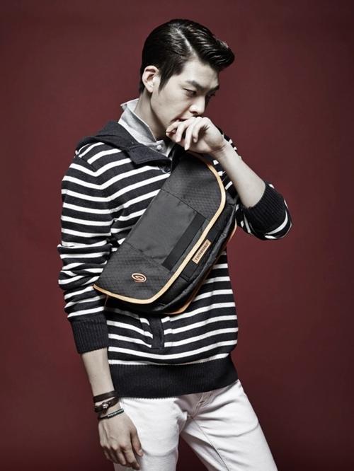 Túi đeo chéo là phụ kiện thời trang quen thuộc với phái nữ lẫn nam giới vì tiện dụng, năng động và hợp với nhiều hoàn cảnh. Khi ra sân bay, gặp gỡ bạn bè, đi sự kiện, nhiều nghệ sĩ Hàn Quốc thường chọn túi đeo chéo, vừa đựng được nhiều đồ, vừa tôn phong cách, dễ phối đồ. Kim Woo Bin là một trong những nghệ sĩ lăng xê phụ kiện này.