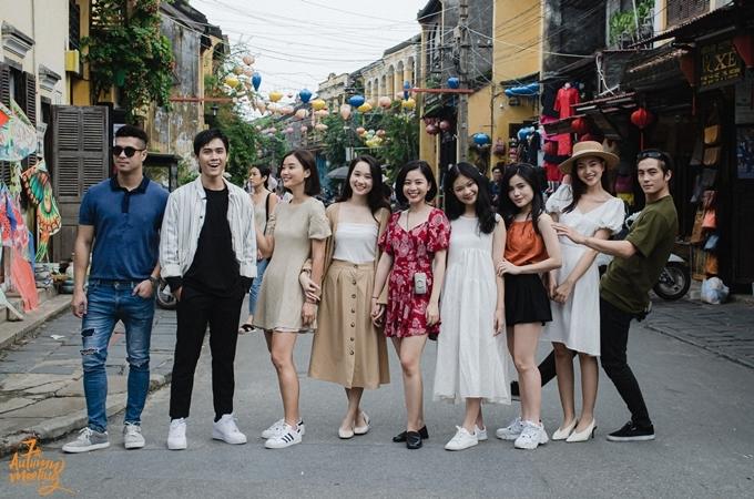 Trương Thế Vinh dạo phố Hội An cùng các học viên cùng lớp.