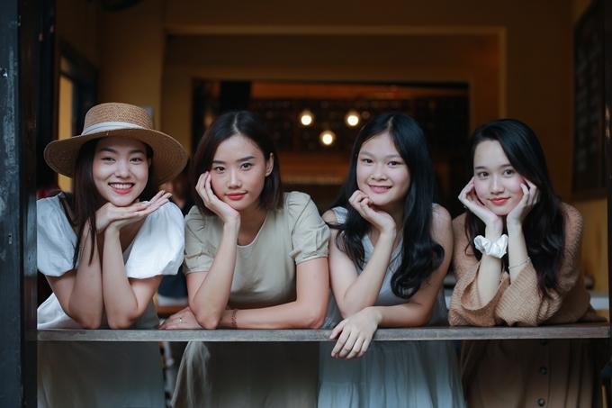 Các nữ diễn viên trẻ của lớp Diễn xuất nâng cao.